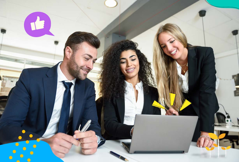 Un hombre con corbata y dos mujeres con traje toman un curso de capacitación en una oficina mientras sonríen.