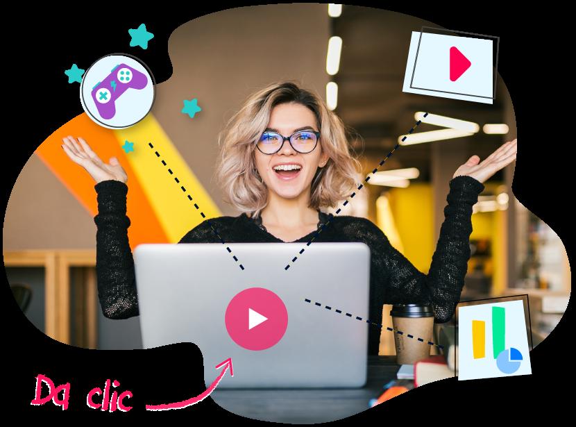 Mujer sonríe mientras disfruta videos de capacitación animados y videos interactivos en su computadora.