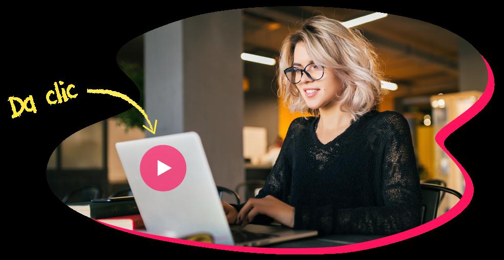 Mujer con lentes recibe capacitación digital a través de una computadora de escritorio en la oficina.